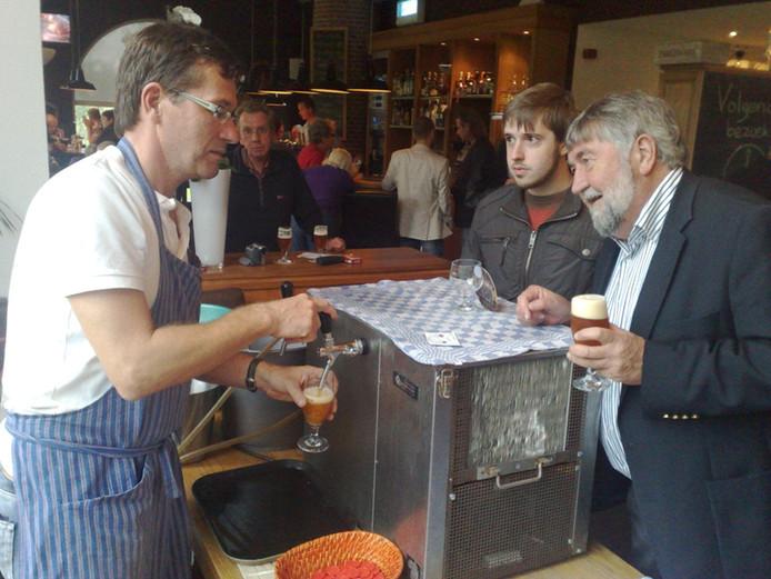 Bier proeven tijdens het oktoberfeest van Emelisse. foto Raymond de Frel