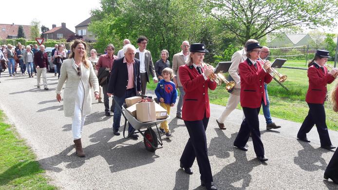 De boeken van de Firma Weijland worden met een kruiwagen naar de Dorpshuis van IJzerlo gebracht.