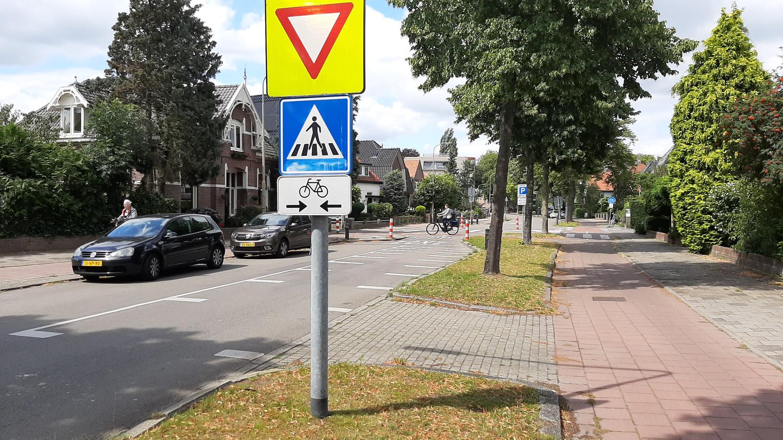 De oversteekplek waar auto's voorrang moeten verlenen aan fietsers wordt opgeheven.