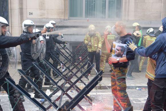 De politie moest traangas inzetten.