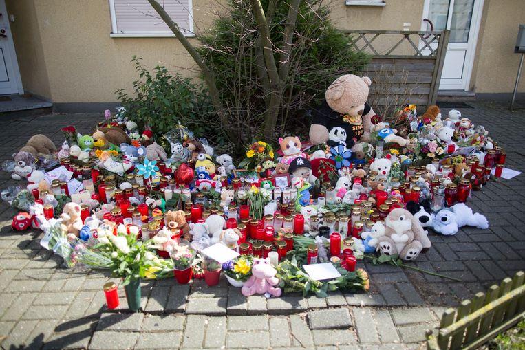 Bloemen, knuffels en kaarsen aan het huis in de plaats Herne waar Jaden op gruwelijke wijze werd vermoord.
