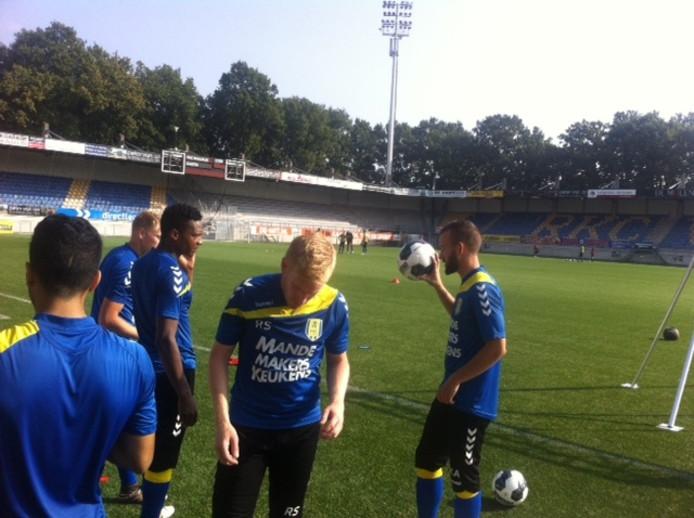 Serginho Greene in overleg met Phillipe van Arnhem en Kenny Anderson na de training van RKC.