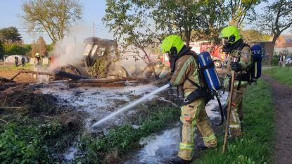 Tractor gaat in vlammen op in weiland