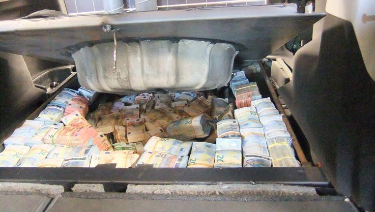 In een verborgen ruimte, die alleen kon worden opengemaakt als de achterbank naar voren was geklapt, vond de politie 1,4 miljoen euro cash Beeld Politie Amsterdam