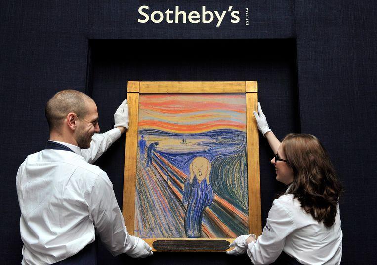 'De schreeuw' van de Noorse kunstenaar Edvard Munch  wordt getoond bij Sotheby's Auction House in Londen, 12 April 2012.  Beeld EPA