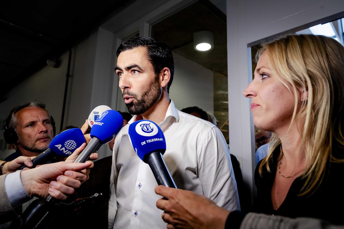 Partijvoorzitter Ron Meyer en politiek leider Lilian Marijnissen na afloop van een regulier overleg van het partijbestuur. Het bestuur van de SP sprak over de voor de partij rampzalig verlopen Europese verkiezingen.
