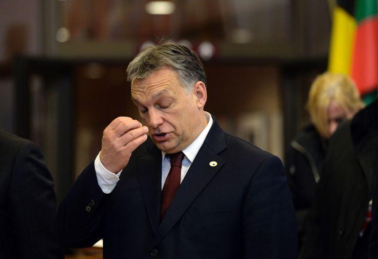 De Hongaarse premier Viktor Orbán verlaat de migratietop in Brussel.  Beeld afp