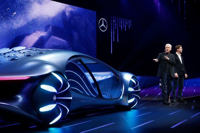 Filmregisseur James Cameron (Avatar, Titanic) en Ola Kallenius, de voorzitter van de raad van bestuur van Daimler en Mercedes-Benz, onthulden de Vision AVTR in Las Vegas