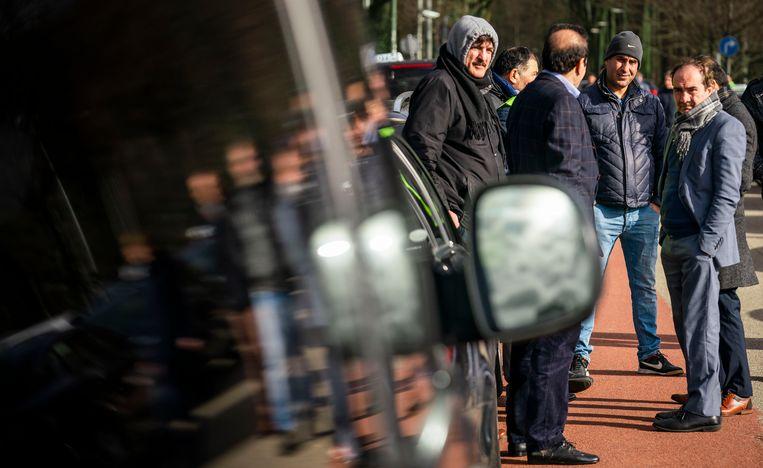 Taxichauffeurs demonstreren op het Malieveld. De demonstranten willen dat er vanwege een overvolle taximarkt een tijdelijke taxistop komt en dat er een verbod komt op concurrent Uber.  Beeld Freek van den Bergh