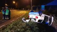 Bestuurster kruipt na buiteling zelf uit auto