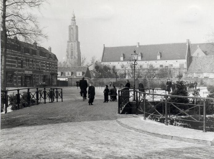 Deze ijzeren brug tussen de Hendrik van Viandenstraat en de Kleine Haag werd ook wel 'Haagbrugje' genoemd. De winterse foto werd begin jaren 50 genomen.