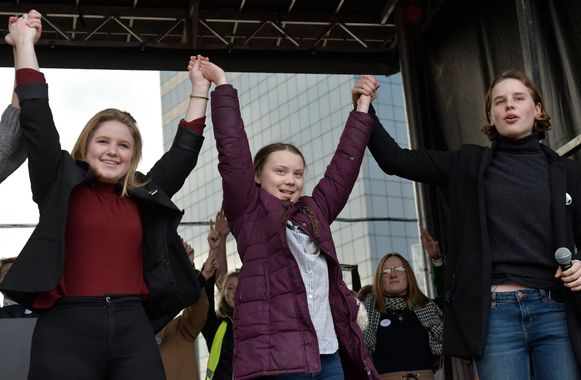 Klimaatactivisten Kyra Gantois, Greta Thunberg en Anuna De Wever tijdens de zevende mars van Youth for Climate vandaag in Brussel.