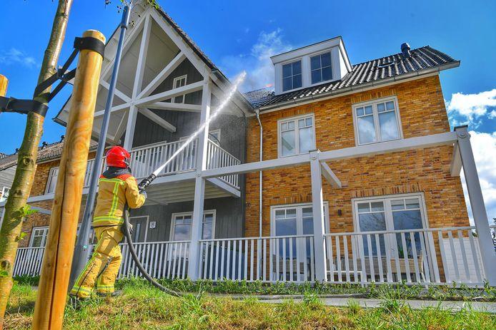 De brandweer blust de woningbrand aan de Buijtenste Meerken in Waalre op 5 september.