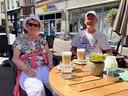 Vakantiegangers Klaas en José Meijer uit Eindhoven zitten om klokslag 12.00 uur als eersten op het terras van Chapoo!