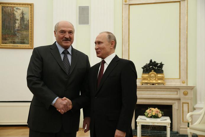 Loekasjenko (l) en Poetin eind december in Moskou.