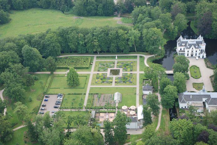 Op het landgoed Staverden, met rechts het kasteel en middenonder de brasserie, lopen dit voorjaar heel veel wandelaars. Brasserie Staverden gaat ze een picknick-to-go aanbieden.