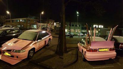 Politie haalt roze auto met zeven uitlaten van de weg