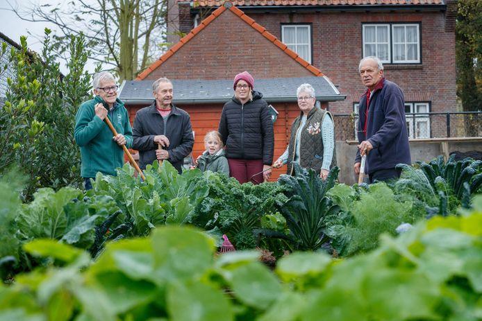 Vrijwilligers Antoon Lambregts, Jos de Ceuster, Anouska, Jelina, Marian van Rijckevorsel en Hilvert Boelmans in de Samentuin van Gogh op de hoek Anna van Bergenlaan/Lambertusstraat in Etten-Leur. Omdat het Oderkerkpark wordt heringericht, verdwijnt de tuin misschien en dat betreuren ze.