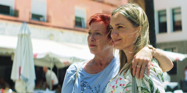 Loes Luca en Anniek Pheifer in 'Mi Vida' Beeld