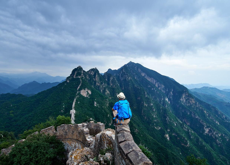 Een toerist bij de Chinese muur.