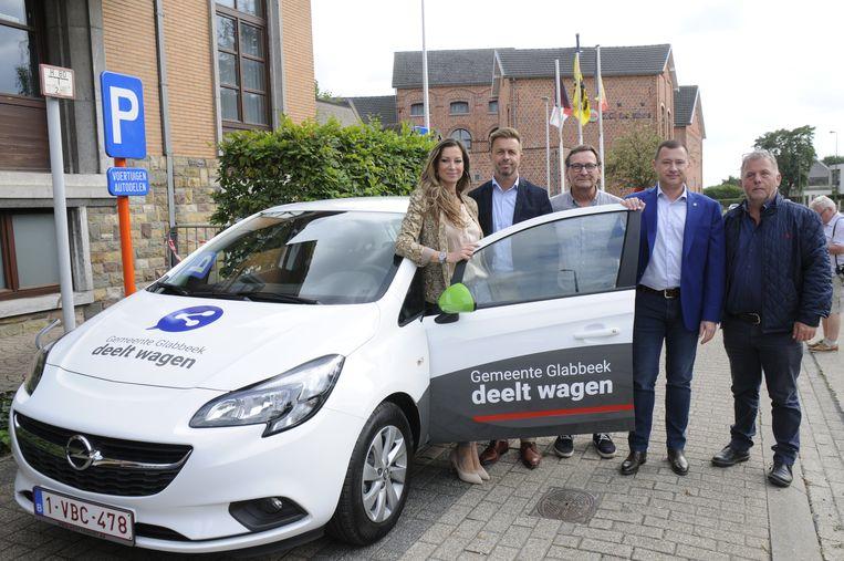Katrien Van Herck, Bart Vanham (Cars4Community), vertegenwoordiger van Stapp.In, Peter Reekmans en Johnny Reweghs bij een van de deelwagens.