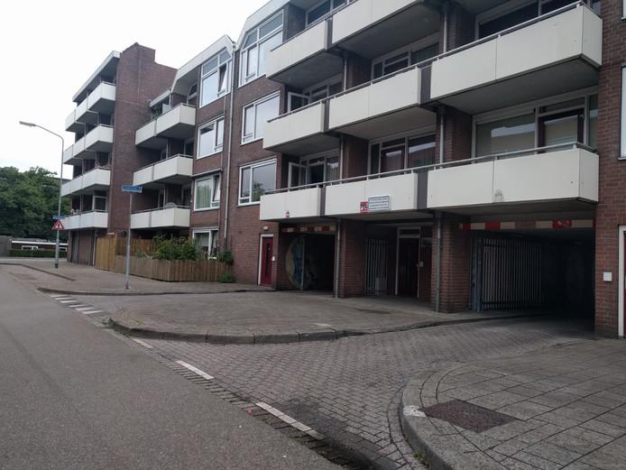 De Middellaan wordt afgesloten met hekken na een petitie vanwege overlast. De straat is straks enkel nog te bezoeken voor tien uur 's  avonds en na zeven uur 's ochtends. Bewoners krijgen een toegangstag. Op  deze archieffoto is de toegangsweg te zien vanuit de Leuvenaarstraat te Breda.