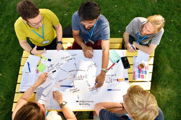 Internationale masterstudenten tijdens de master kick-off (introductieweek speciaal voor de masterstudenten) van de TU Eindhoven. Beeld Hollandse Hoogte / Bart van Overbeeke Fotografie