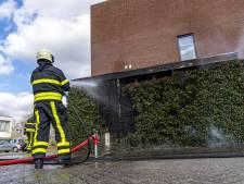 Man brandt onkruid weg en zet daarbij schuurtje in de fik in Oosterhout