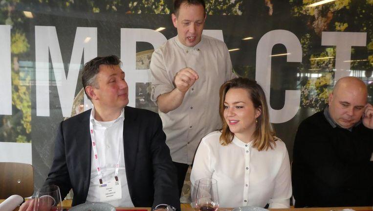 Chef Peter Scholte (The Green House) legt het dessert uit aan Hans Kant (Koninklijke Nederlandse Horeca) en fooddesigner Katinka Versendaal (Eatalier). Beeld Hans van der Beek