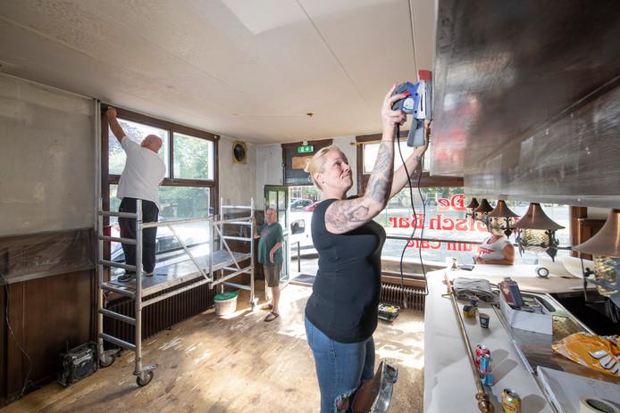 Na de brandstichting werd afgelopen periode volop geklust om Café De Grolschbar er aan de Oude Beekbergerweg in Apeldoorn er weer spic en span uit te laten zien. Uitbaatster Dominique Dijkslag schuurt hier de bar.