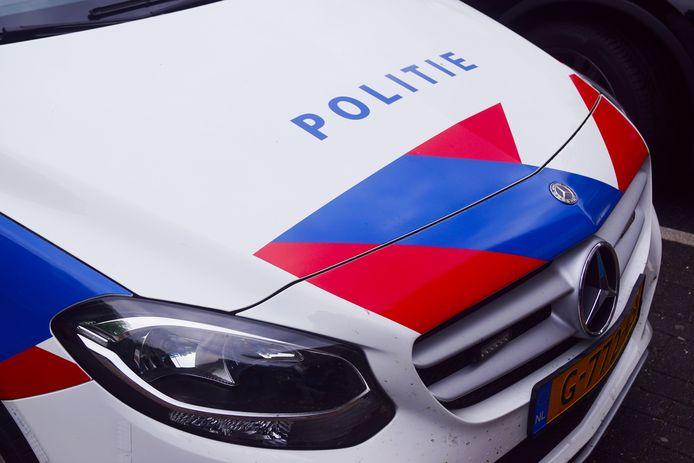 ONLINE GEPLAATST EN BETAALD DG Een politieauto.  Trefwoorden: politieauto, politie, politiewagen, politiewagens, politieauto\'s politielogo, logo, stock