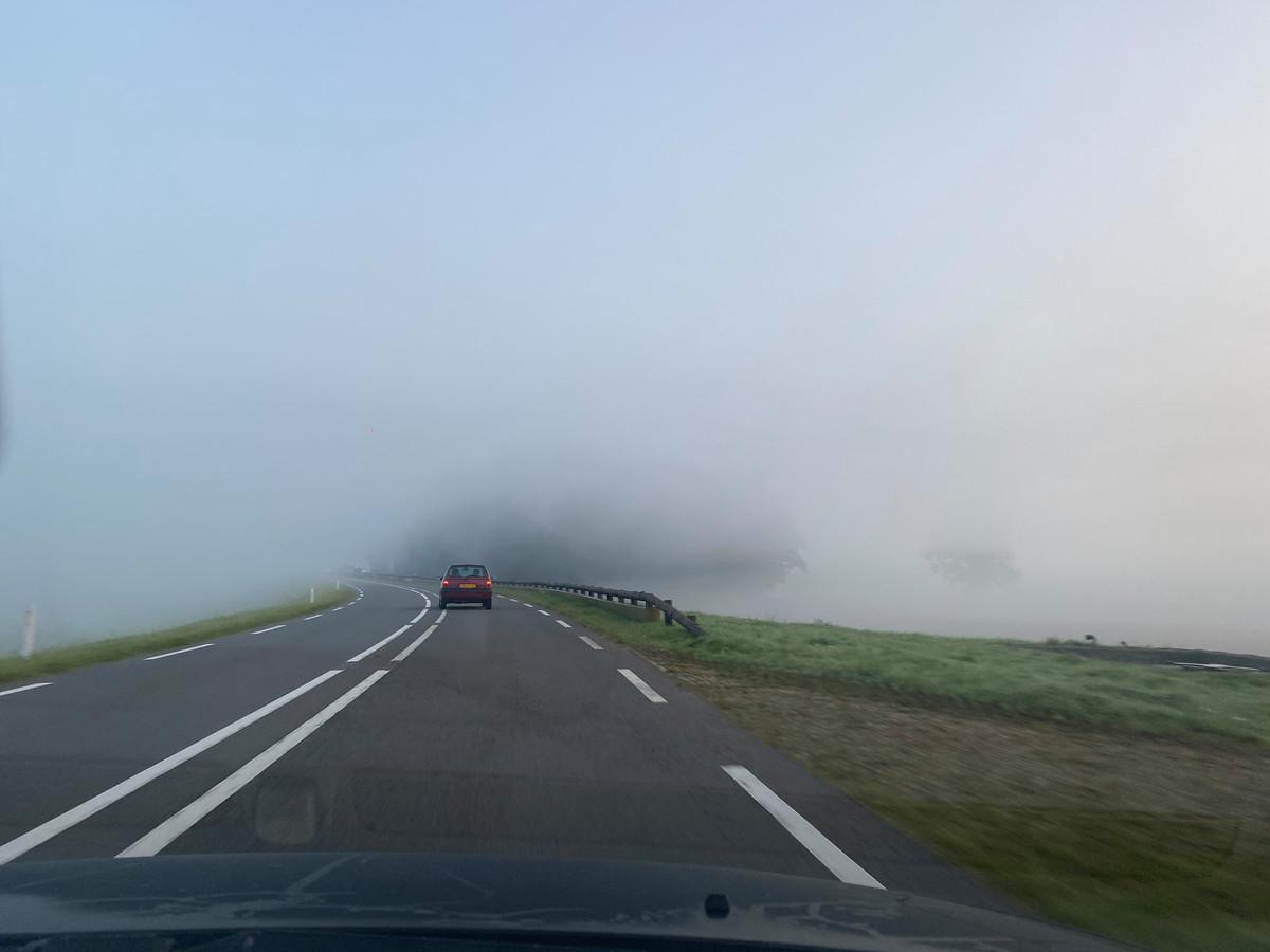 Een plotseling opduikende mistbank op de dijk tussen Deventer en Zwolle vanmorgen.