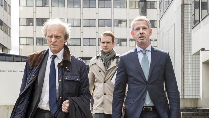 Onno Hoes (rechts) komt samen met zijn advocaat Stefan Kalff (links) aan bij de rechtbank