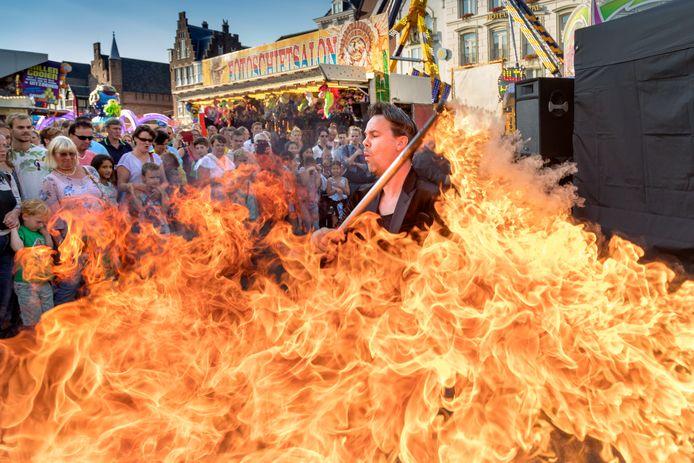 Illusionist Winfried  met zijn openingsact op de kermis op de Markt in Den Bosch.