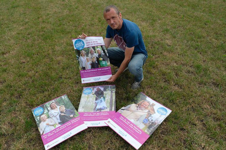 Communicatieambtenaar Herwig Naegels toont de affiches van de campagne.