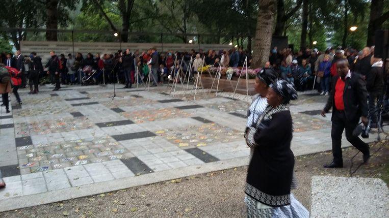 Honderden mensen bij het monument Beeld Hanneloes Pen