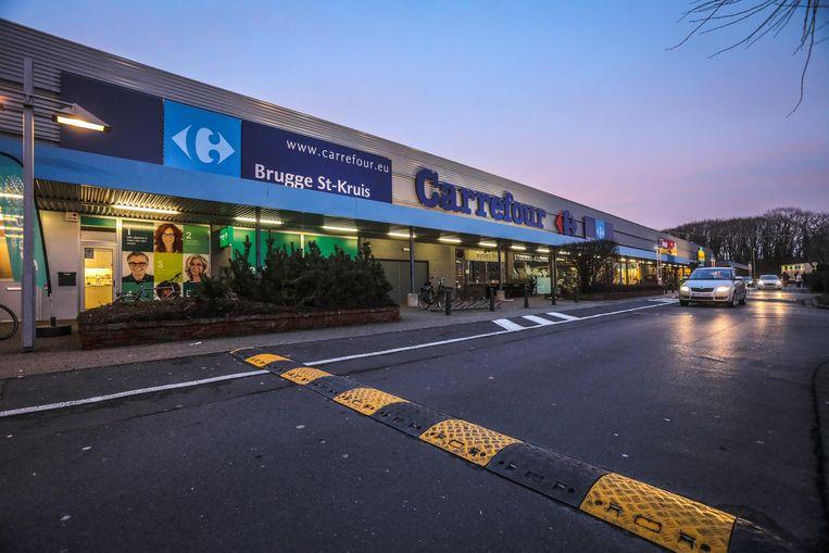 De Carrefourwinkel in Sint-Kruis moet inkrimpen: er staan 28 banen op de tocht.