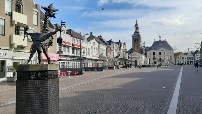 De Tullepetaon kijkt uit over een lege Markt van Roosendaal.