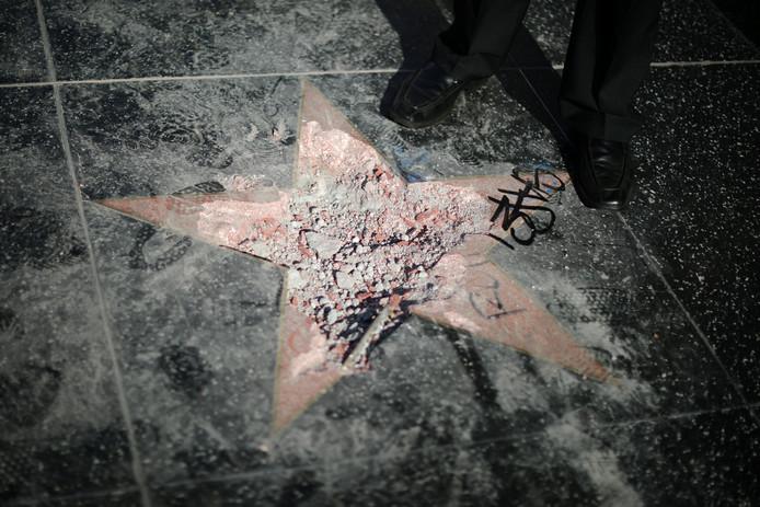 De ster van Donald Trump werd vorige maand met een pikhouweel verwoest.