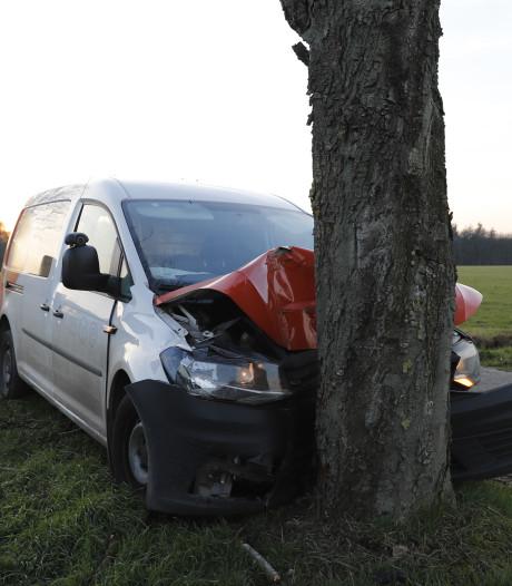 Bestelbusje postbedrijf botst tegen boom, bestuurder heeft vermoedelijk te veel gedronken