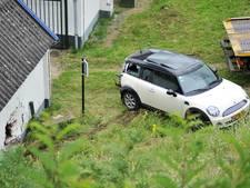 Geparkeerde auto rolt helling af in Oosterbeek
