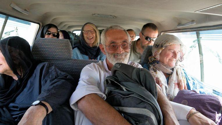 Toeristen in het busje vlak voor ze werden beschoten door de Taliban. Ria van Santen zit bij het raam. Beeld