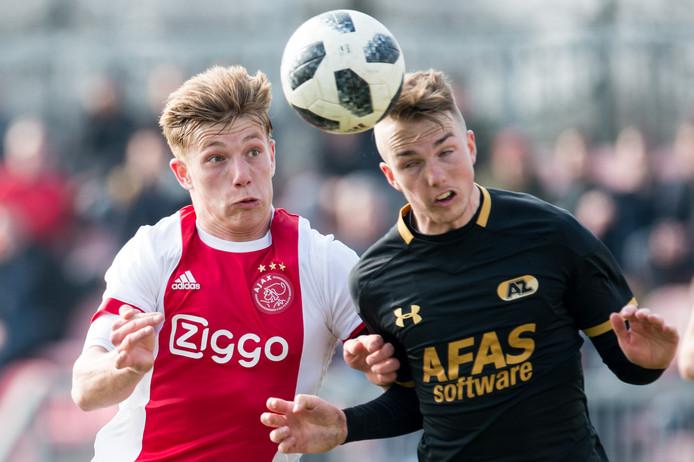 Zian Flemming (l) in actie voor Jong Ajax.