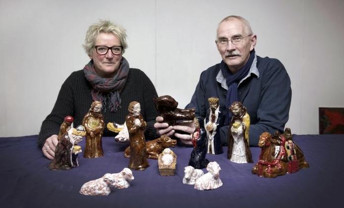 Ingrid en Leo Adams met de eerste kerstgroep van Dericks en Geldens die ze met vuur en aarde aan het verleden ontfutselden. foto Eveline van Elk