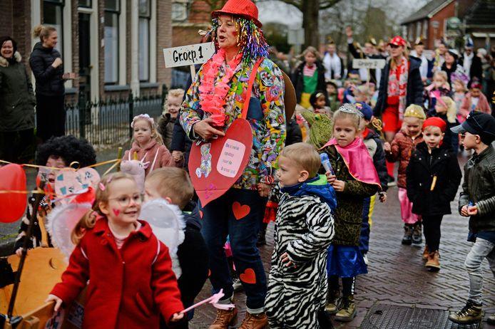 Onder grote belangstelling trok de carnavalsoptocht vrijdagochtend door Hellendoorn.