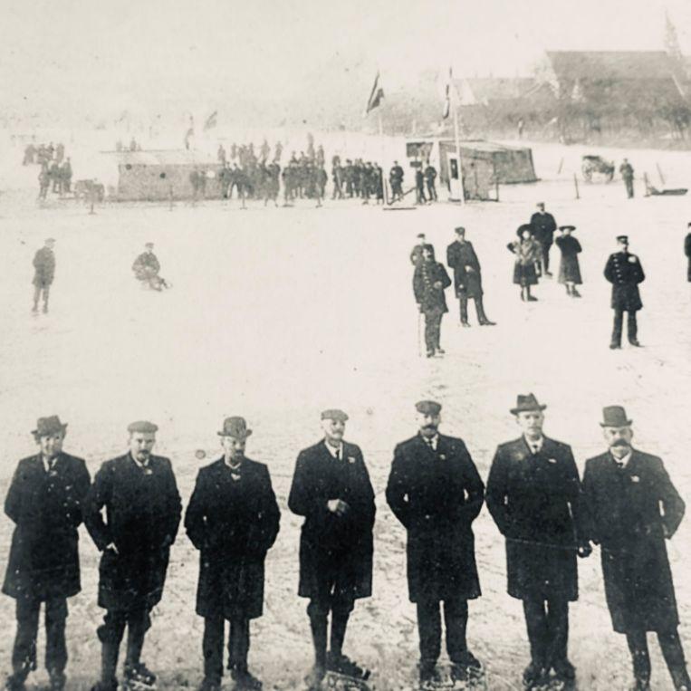 Het bestuur van IJsclub Rijsoord & Omstreken in 1902. Beeld