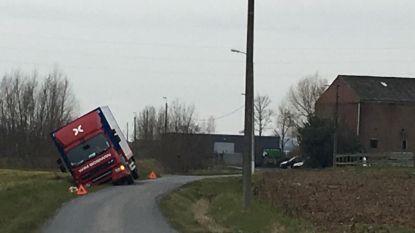 Vrachtwagen in sloot na uitwijkmanoeuvre