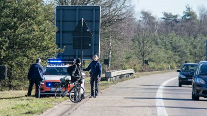 Man fietst vrolijk over E314, wegpolitie begeleidt hem naar afrit