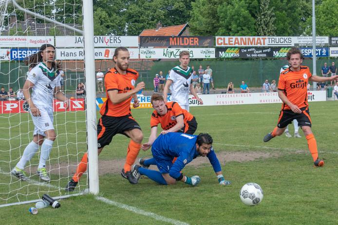 Bas Blom (rechts) is alert bij De Bataven; de verdediger vertrekt naar Arnhemse Boys. Links Evert Palm, die net als Blom vertrekt bij de Gendtse hoofdklasser. Hij gaat naar BVC'12.