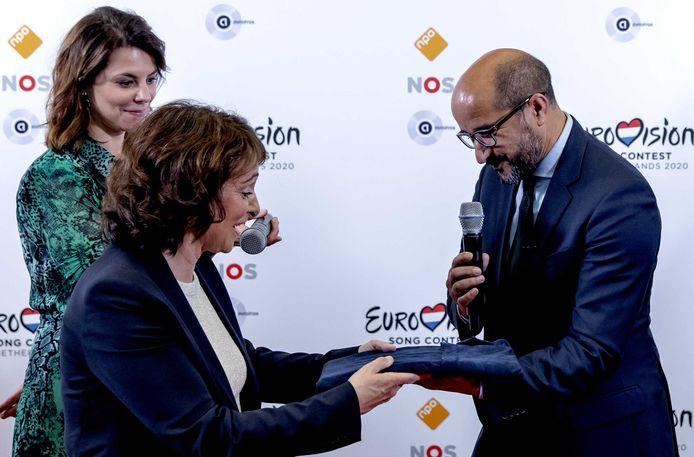 Toen Arnhem er nog in geloofde: burgemeester Ahmed Marcouch (r) overhandigt aan NPO-bestuursvoorzitter Shula Rijxman het songfestivalbidbook.